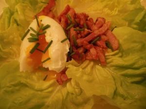 Kropsla met gepocheerd ei en spekjesdressing