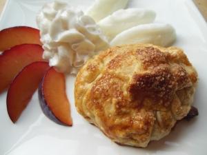 Appelflap met vers fruit, citroensorbetijs en slagroom