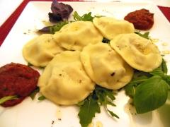 Gevulde pasta met gegrilde paprikasaus, rucola en basilicum