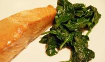 Warmgerookte zalm met spinazie in gembersaus