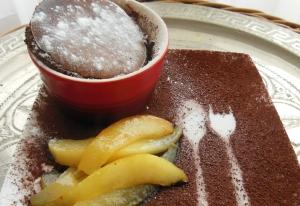 Chocolademoussecake met gekarameliseerde peer